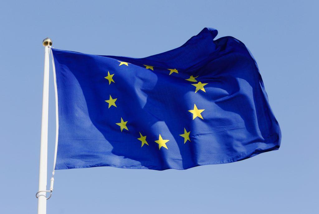Närbild EU-flaggan mot blå himmel